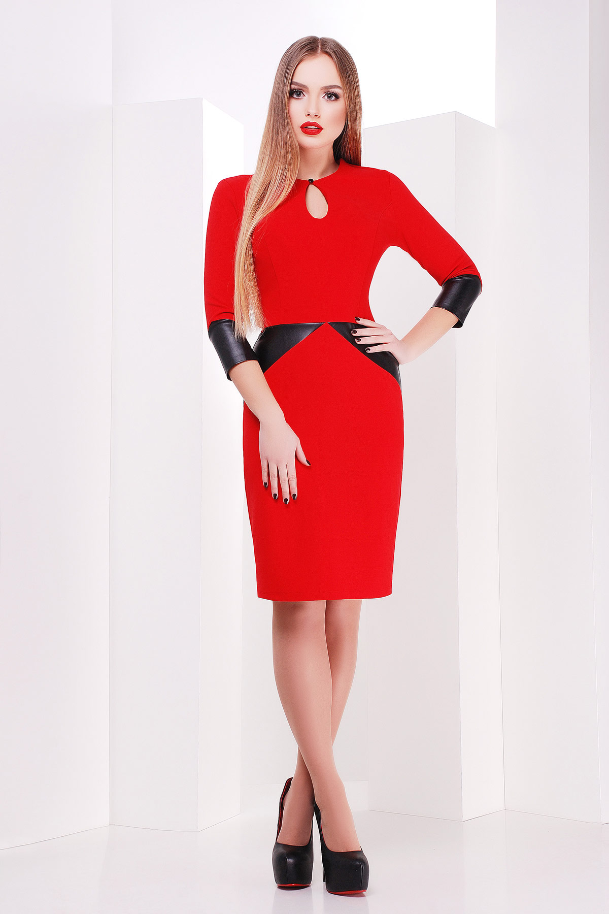 7482da77bbb Приталенное платье-футляр красного цвета с черными вставками из экокожи.  платье Макбет д