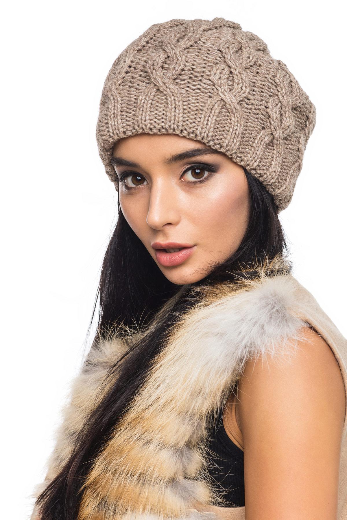 купить вязаную шапку бежевого цвета