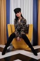 черная блузка с принтом. Перья-цепи блуза Эльвира д/р. Цвет: принт в Украине
