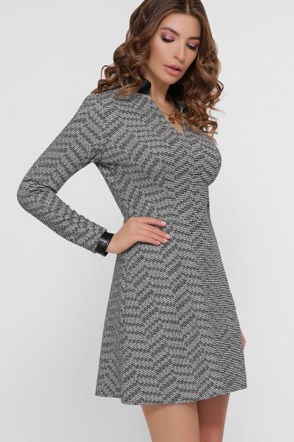 короткое серое платье. платье Тара д/р. Цвет: букле зигзаг-черный